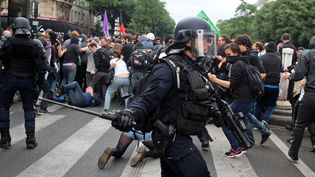 La police anti-émeutes dans Paris, en marge de la manifestation contre la loi Travail, le 28 juin 2016.  (THIBAULT CAMUS / AP / SIPA)