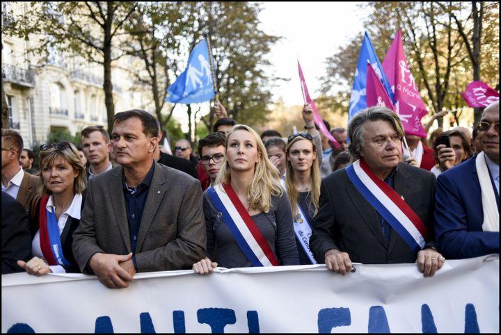 Marion Maréchal-Le Pen, entourée de Louis Aliot et Gilbert Collard, lors d'une manifestation à Paris pour l'abrogation de la loi Taubira, le 16 octobre 2016. (XAVIER POPY / REA)