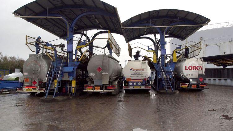 Des camions-citernes chargent du fioul domestique avant d'effectuer des livraisons aux particuliers qui se chauffent avec cette énergie. (Photo d'illustration) (MYCHELE DANIAU / AFP)