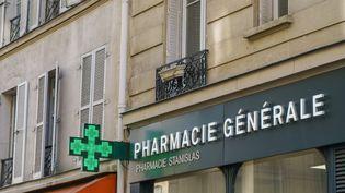 Une pharmacie dans le 6e arrondissement de Paris. (GILLES TARGAT / AFP)