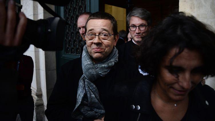 L'ancien urgentiste Nicolas Bonnemaison, entouré de son épouse et de son avocat, à Angers, le 24 octobre 2015. (JEAN-SEBASTIEN EVRARD / AFP)