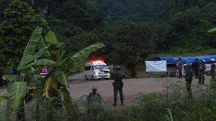 Une ambulance transporte le premier adolescent secouru dans la grotte de Tham Luang, en Thaïlande, le 8 juillet 2018. (MAXPPP)