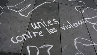 Desinscriptions contre les violences sexistes ont été dessinées sur la place de la Républiqe, à Paris, le 29 septembre 2018. (DENIS MEYER / HANS LUCAS / AFP)