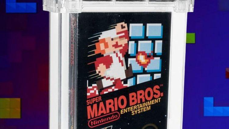 """L'exemplairedu jeu """"Super Mario Bros"""" vendu 660 000 dollars début avril 2021, présenté par la maison de vente aux enchères américaine, Heritage Auction. (FRANCEINFO)"""