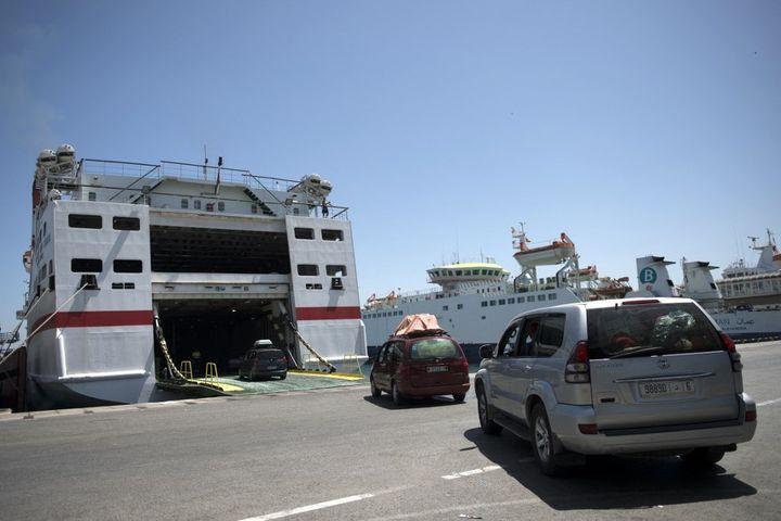Embarquement des véhicules sur un ferry à destination de Tanger au Maroc, au port d'Algésiras. (JORGE GUERRERO / AFP)