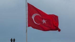Un drapeau turc flottant à Istanbul, le 1er mai 2017. (GURCAN OZTURK / AFP)