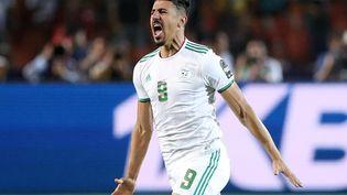 L'attaquant algérien Baghdad Bounedjah exulte après avoir ouvert le score en finale de Coupe d'Afrique des nations contre le Sénégal, le 19 juillet 2019 au Caire (Egypte). (SUHAIB SALEM / REUTERS)