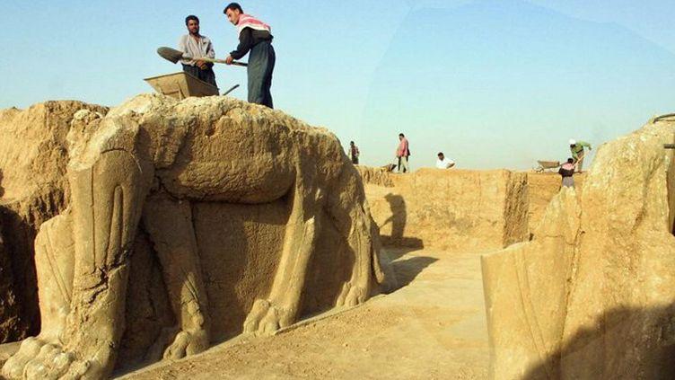 Des archéologues sur le site de la cité antique de Nemrod, en Irak (2001)  (KARIM SAHIB / AFP)