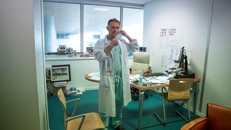 L'urgentiste Philippe Juvin dans son bureau de l'hôpital Pompidou, à Paris, le 25 mars 2020. (THOMAS SAMSON / AFP)