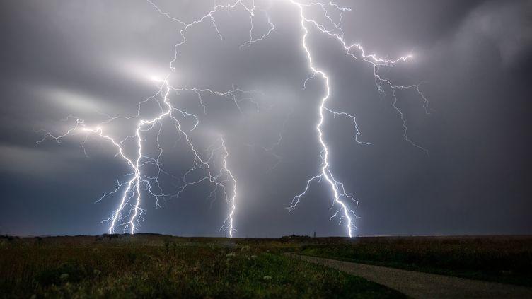 La vague orageuse ne devrait s'atténuerque lentement dans la nuit de samedi à dimanche en se décalant vers les frontières belge et allemande. (XAVIER DELORME / BIOSPHOTO / AFP)