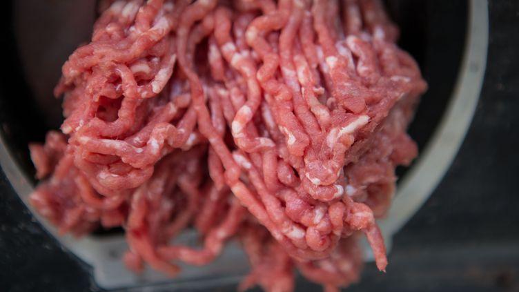 De la viande hachée dans un commerce alimentaire à Paris, le 15 juin 2017. (PHOTO12 / GILLES TARGAT / AFP)