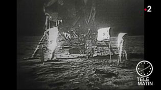 """Le monde entier s'apprête à fêter le cinquantenaire des premiers pas de l'Homme sur la Lune. Mais cinq décennies plus tard, des millions de personnes sont persuadés qu'il s'agit d'une """"fake news"""". (FRANCE 2)"""