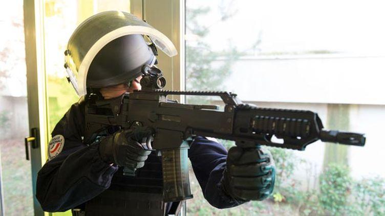 (Le nouveau fusil d'assaut HK G36 présenté au ministre de l'Intérieur le 29 février © CHAMUSSY/SIPA)