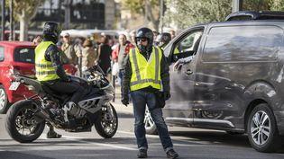Des motards en gilets jaunes défilent dans les rues de Narbonne (Aude), le 9 novembre 2018. (IDRISS BIGOU-GILLES / HANS LUCAS / AFP)