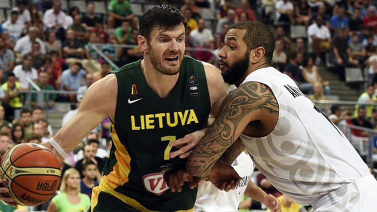 Darjus Lavrinoviv (Lituanie) face à BJ Anthony (Nouvelle-Zélande) (LLUIS GENE / AFP)