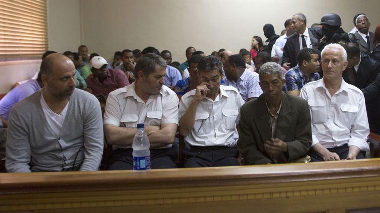Nicolas Pisapia (à g.), Pascal Fauret (2e à g.), Bruno Odos (au centre) et Alain Castany (à d.) assistent à leur audience pour se prononcer sur le trafic de drogue, à Saint-Domingue, le 27 mars 2013. (ERIKA SANTELICES / AFP)