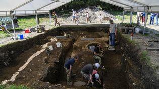 Archéologues tchèques en train de fouiller sur le site de Bibracte au mont Beuvray, à Saint-Léger-sous-Beuvray (Saône-et-Loire) le 23 août 2017. (PHILIPPE DESMAZES / AFP)