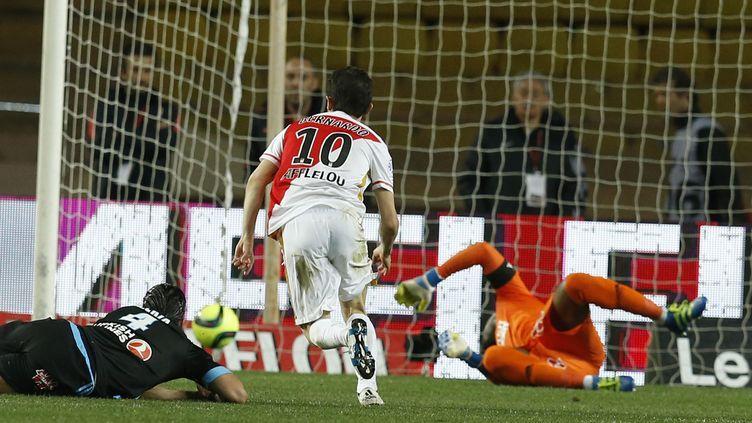 Le Monégasque Bernardo Silva trompe Steve Mandanda (VALERY HACHE / AFP)
