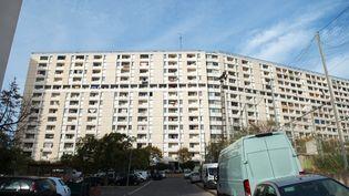 Le bâtiment de la cité des Lauriers où les trois hommes sont morts, le 25 octobre 2015 à Marseille (Bouches-du-Rhône). (BERTRAND LANGLOIS / AFP)