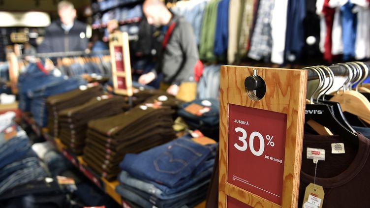 Une boutique de vêtements dans le nord-est de la France en période de soldes. (JEAN-CHRISTOPHE VERHAEGEN / AFP)