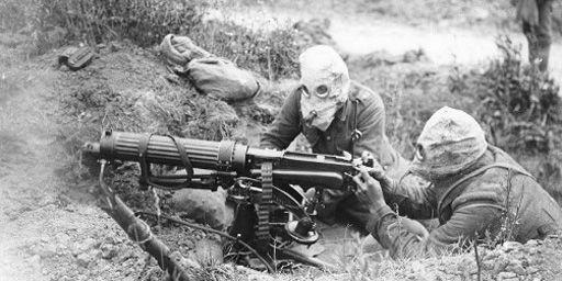 Militaires britanniques portant des masques à gaz pendant la bataille de la Somme en juillet 1916. (AFP - The Art Archive - Imperial War Museum)