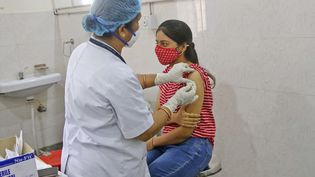 Une jeune femme reçoit une dose de vaccin contre le Covid-19, à Jaipur, en Inde, le 4 mai 2021. (VISHAL BHATNAGAR / NURPHOTO / AFP)