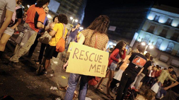 """Des """"indignés"""" espagnols manifestent contre l'austérité à la Puerta del Sol, à Madrid (Espagne), le 12 mai 2012. (PEDRO ARMESTRE / AFP)"""