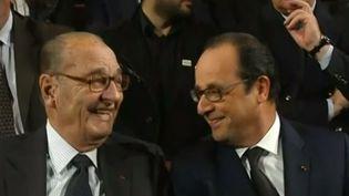 Jacques Chirac et François Hollande, le 21 novembre 2014, lors de la remise du prix de la Fondation Chirac, à Paris. (CAPTURE D'ECRAN FRANCETV INFO / FRANCE 2)
