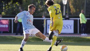 Emmanuel Macron joue au foot à Possy, le 14 octobre 2021. (LUDOVIC MARIN / AFP)