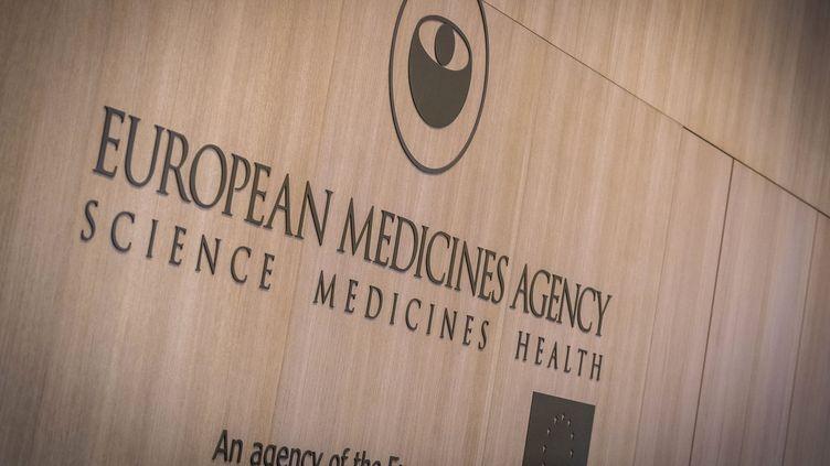 Le logo de l'Agence européenne des médicaments, à l'entrée de son siège à Amsterdam (Pays-Bas), le 15 novembre 2019. (LEX VAN LIESHOUT / ANP / AFP)