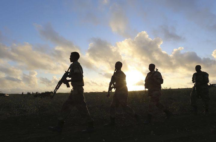 Militaires somaliens arrivant à l'aube dans la ville de Barawe, port du sud-est de la Somalie, le 4 octobre 2014. (FEISAL OMAR / X02643)