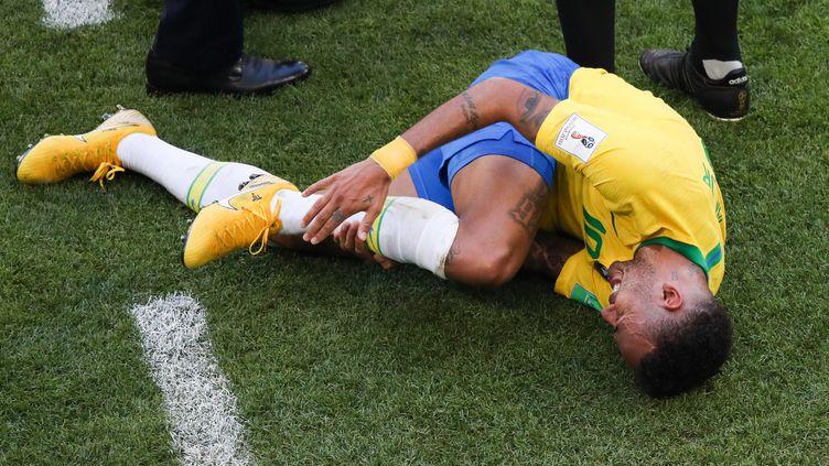 Neymar se tord de douleur après avoir subi une faute lors du 8e de finale de la Coupe du monde Brésil-Mexique, lundi 2 juillet 2018 à Samara (Russie). (VITALIY TIMKIV / SPUTNIK / AFP)