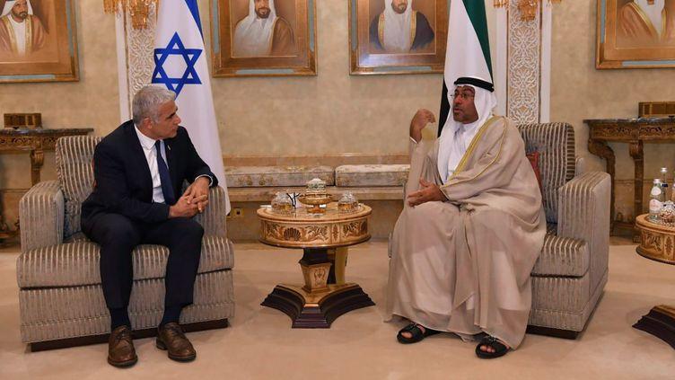 Le ministre des Affaires étrangères israélienYair Lapid (gauche) et le ministre d'État aux Émirats arabes unisAhmed Al Sayegh (droite) se rencontrent à Abu Dhabi, le 29 juin 2021. (HANDOUT / MAXPPP)