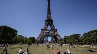 La Tour Eiffel depuis le Champs-de-Mars, le 13 juin 2021 à Paris. (SAMEER AL-DOUMY / AFP)
