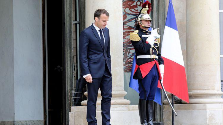 Emmanuel Macron sur le perron de l'Élysée, le 15 mai 2018. (LUDOVIC MARIN / POOL)