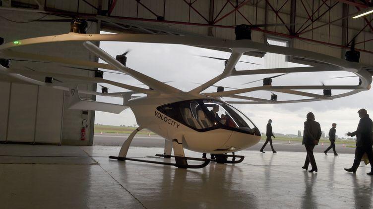 Une expérimentation de taxi volant électrique débutera à partir du mois de septembre sur l'aérodrome de Pontoise. (ERIC PIERMONT / AFP)