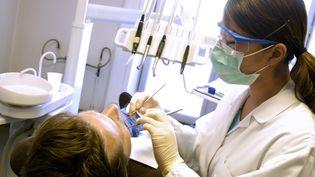 Une dentiste et son patient, le 13 mai 2013. (AJ PHOTO / BSIP / AFP)