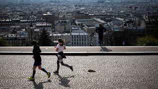 Des coureurssur les hauteurs de Montmartre. (LIONEL BONAVENTURE / AFP)