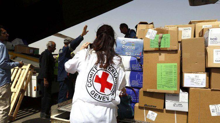 Le premier avion-cargo appartenant au Comité international de la Croix rouge, arrivé à l'aéroport de Sanaa le 10 avril 2015 pour livrer 16 tonnes d'aides et de matériel médical. (Mohammed Hamoud/ANADOLU AGENCY/AFP)