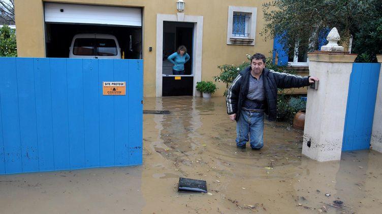 Des habitants du golfe de Saint-Tropez (Var), inondés après de fortes pluies, le 14 décembre 2012. ( MAXPPP)