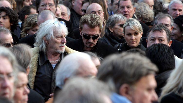 Hugues Aufray et Johnny Hallyday aux obsèques du chanteur Carlos à Saint-Germain-des-Prés à Paris le 22 janvier 2008. (MAXPPP)