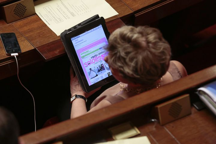Une députée consulte les soldes sur sa tablette, à l'Assemblée nationale, le 23 juillet 2013. (  MAXPPP)