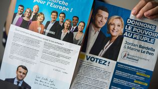 Les professions de foi des listes LREM-MoDem et RN pour les élections européennes, en tête des intentions de vote selon un sondage du 24 mai 2019. (RICCARDO MILANI / AFP)
