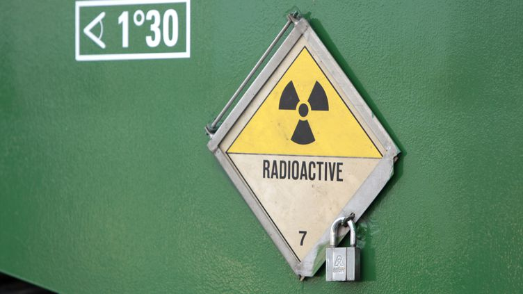 Un signe de présence et de transport de matériel radioactif à Valognes (Manche), en novembre 2011. (KENZO TRIBOUILLARD / AFP)