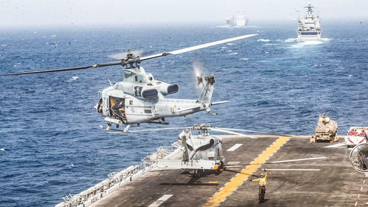 Un hélicoptère UH-1Y depuis le pont du navire amphibie d'assaut USS Boxer, jeudi 18 juillet 2019, dans une photographie diffusée par l'armée américaine. (HANDOUT / REUTERS)