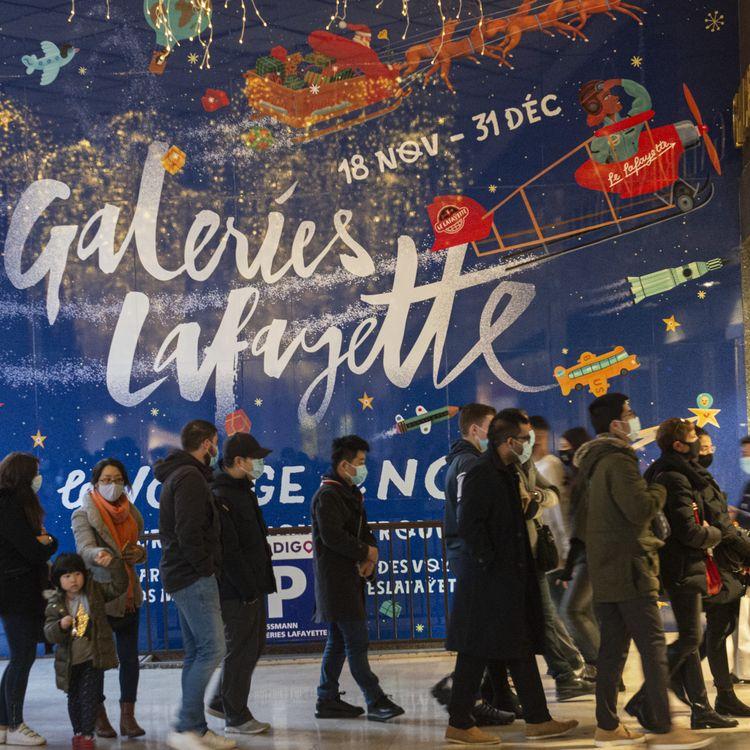 Des consommateurs font leurs achats de Noël à Paris, le 19 décembre 2020. (JOAO LUIZ BULCAO / HANS LUCAS)
