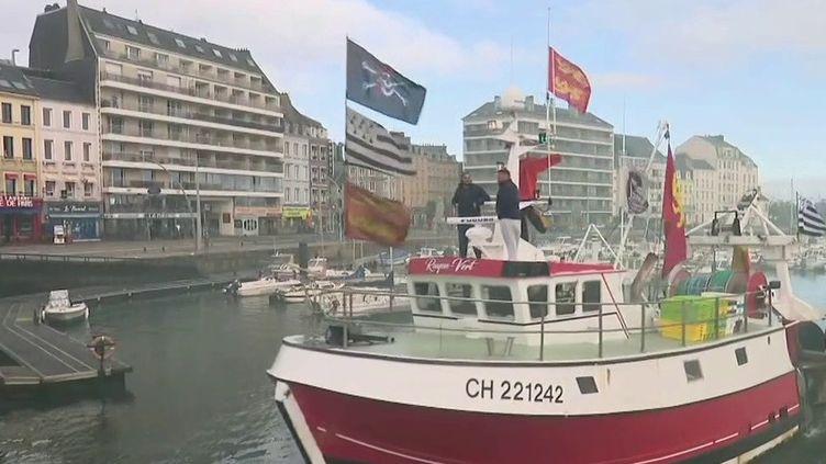 Les pêcheurs de Cherbourg (Manche) et du Havre (Seine-Maritime) ont protesté vendredi 24 septembre au matin contre l'installation de parcs éoliens au large des côtes. Reportage. (FRANCE 2)