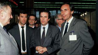 Jérôme Cahuzac (G),le 27 mai 1990 à Paris, au côté du ministre de la Santé de l'époque Claude Evin. (DURAND FLORENCE / SIPA)