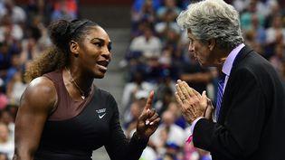 Serena Williams face à l'arbitre Brian Earley à New York pour la finale de l'US Open, le 8 septembre 2018. (SARAH STIER / GETTY IMAGES NORTH AMERICA)