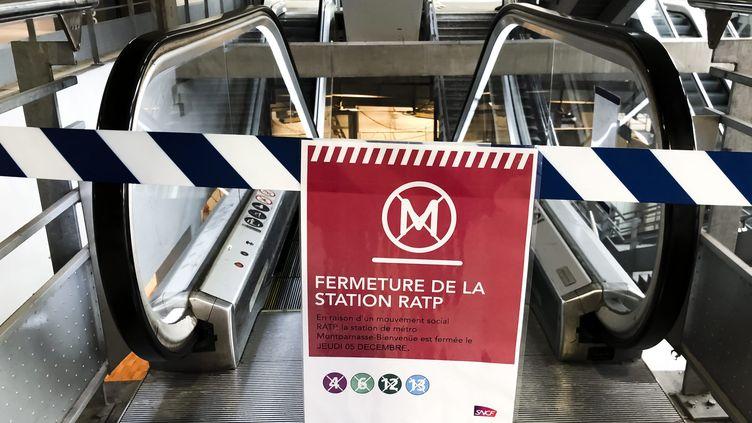 Une station de métro fermée, jeudi 5 décembre 2019 à Paris. (MAXPPP)